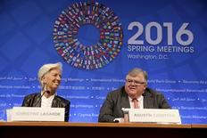 Christine Lgarde, directirce générale du Fonds monétaire international (FMI), et le gouverneur de la banque centrale du Mexique, Agustin Carstens Le comité de pilotage du FMI a invité les Etats membres de l'organisation à orienter leurs dépenses vers le soutien à la croissance et appelé le Fonds à envisager de nouveaux prêts à des pays confrontés au ralentissement de la croissance. /Photo prise le 16 avril 2016/REUTERS/Joshua Roberts