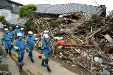 Policiais vasculham destroços após terremoto em Mashiki, no sul do Japão  17/04/2016 REUTERS/Kyodo