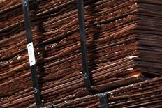 Imagen de archivo de unos cátodos de cobre en la mina Chuquicamata cerca de Calama, Chile, abr 1, 2011. Los precios del cobre revirtieron pérdidas y subieron el lunes, ya que fondos compraron metales básicos apoyados en un dólar más débil y contrarrestaron las ventas provocadas por la caída del petróleo y las acciones globales. REUTERS/Ivan Alvarado