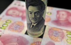 Банкнота в 1000 иен  1,000 на фоне китайских юаней. Сырьевые валюты растут во вторник - австралийский доллар установил новый максимум 10 месяцев, а иена потеряла позиции после видимой стабилизации цен на нефть, что поддержало стремление к риску. REUTERS/Jason Lee