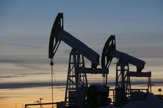 """Foto de archivo de bombas de la petrolera Lukoil en el oeste de la ciudad siberiana de Kogalym en Rusia. 25 de enero de 2016.  Rusia está evaluando aumentar su producción de petróleo este año, y un nivel de 540 millones de toneladas de crudo es """"bastante realista"""", dijo el martes a periodistas el viceministro de Energía ruso, Kirill Molodtsov. REUTERS/Sergei Karpukhin/Files"""