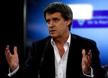 El ministro de Hacienda de Argentina, Alfonso Prat-Gay, en una rueda de prensa en Buenos Aires, feb 29, 2016. Los nuevos bonos de Argentina ganaban entre dos y tres puntos en el mercado secundario el miércoles, un día después de la colocación de deuda por 16.500 millones de dólares con que el país retornó a los mercados globales, informó IFR, un servicio de información financiera de Thomson Reuters.   REUTERS/Marcos Brindicci