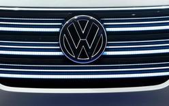 Volkswagen et les autorités américaines sont parvenus, dans le délai fixé par la justice, à définir les grandes lignes d'un accord d'indemnisation des propriétaires d'environ 600.000 véhicules concernés par le trucage des tests anti-pollution. /Photo prise le 5 janvier 2016/REUTERS/Steve Marcus
