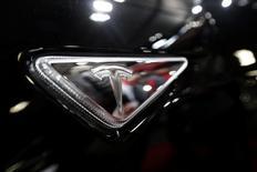 El fabricante de coches eléctricos Tesla Motors ya ha recibido cerca de 400.000 pedidos para su último lanzamiento, el sedán modelo 3, dijo el jueves su consejero delegado.  En la imagen, el logo de la marca en el modelo S en una feria de automóviles en Riga el 15 de abril de 2016. REUTERS/Ints Kalnins