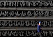 Imagen de archivo de un trabajador pasando junto a tubos de acero en la planta Youfa de Tangshan, en la provincia china de Hebei. 3 noviembre 2015. Las medidas de protección al comercio no pueden resolver el problema fundamental que enfrenta la industrial siderúrgica global, dijo el lunes el Ministerio de Comercio de China en respuesta a la imposición por parte de Australia de tarifas de importación sobre las varillas de acero chinas. REUTERS/Kim Kyung-Hoon