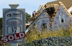 """Un cartel de """"Vendido"""" en una casa en Glenelg, Maryland. 25 de septiembre de 2013. Las ventas de casas nuevas unifamiliares en Estados Unidos cayeron en marzo, pero el declive se concentró en la región occidental del país, lo que sugiere que el mercado de la vivienda siguió fortaleciéndose. REUTERS/Gary Cameron"""