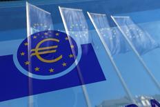 """Banderas de la Unión Europea se reflejan en una ventana en la sede del Banco Central Europeo, en Fráncfort, Alemania. 21 de abril de 2016. El Banco Central Europeo (BCE) está haciendo un """"trabajo experimental"""" con la misma tecnología que respalda a la moneda virtual bitcoin, pero necesita más análisis antes de sopesar su adopción, dijo el lunes un miembro del Comité Ejecutivo del banco. REUTERS/Ralph Orlowski"""