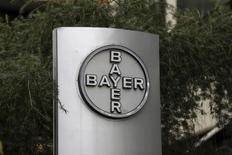 Логотип Bayer у здания компании в Каракасе 1 марта 2016 года. Скорректированная прибыль крупнейшей немецкой фармкомпании Bayer подскочила на 15,7 процента в первом квартале благодаря сильным продажам рецептурных препаратов, таких как инъекционный препарат Eylea для лечения нарушений зрения у пожилых людей и таблетки Xarelto, предназначенные для профилактики инсульта. REUTERS/Marco Bello