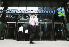 Standard Chartered affiche des résultats supérieurs aux attentes au titre du premier trimestre et annonce que ses coûts de restructuration sont conformes à ses attentes, ce qui fait bondir de 10% le titre à la Bourse de Londres. Le bénéfice avant impôts de la banque ressort à 589 millions de dollars (522 millions d'euros), après une perte de 4,05 milliards de dollars au dernier trimestre 2015. /Photo d'archives/REUTERS/Olivia Harris