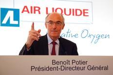 Le PDG d'Air Liquide, Benoît Potier. Le titre perd 3,59%, plus forte baisse de l'indice SBF 120, après un chiffre d'affaires du premier trimestre inférieur aux attentes, affaibli par la baisse des taux de change et des prix de l'énergie. Le CAC 40 recule de 0,17% à 4.538,23 points à 12h37. /Photo d'archives/REUTERS/Charles Platiau