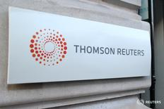 Логотип Thomson Reuters у парижского офиса компании 7 марта 2016 года. Квартальная прибыль медиагруппы Thomson Reuters Corp превысила прогнозы, но выручка оказалась ниже ожиданий из-за колебаний валют. REUTERS/Charles Platiau