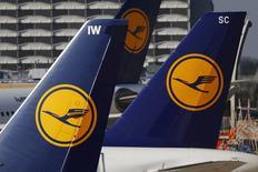 Lufthansa a annoncé l'annulation de 895 vols en raison d'un appel à la grève lancé par le syndicat Verdi pour mercredi. /Photo d'archives/REUTERS/Kai Pfaffenbach