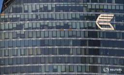Логотип ВТБ на одной из башен Москва-сити 20 ноября 2014 года. Российский банк с государственным участием ВТБ начал поставлять золото напрямую Китаю и в апреле отправил в Поднебесную однотонную партию драгметалла, а хочет выйти на уровень до 100 тонн поставок в год, сообщил Рейтер банк во вторник. REUTERS/Maxim Zmeyev