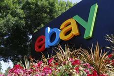 EBay affiche un bénéfice et un chiffre d'affaires trimestriels supérieurs aux attentes de Wall Street, les efforts de relance de ses plates-formes de commerce en ligne ayant attiré de nouveaux utilisateurs et permis de compenser l'impact de la hausse du dollar. Le groupe américain d'enchères en ligne, qui a scindé en juillet dernier sa filiale de paiement électronique PayPal, a réalisé sur les trois premiers mois de l'année un bénéfice net de 482 millions de dollars, contre 626 millions un an auparavant. /Photo d'archives/REUTERS/Beck Diefenbach
