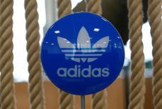 Adidas a relevé mercredi ses objectifs de 2016 après avoir annoncé pour le premier trimestre un bénéfice d'exploitation en hausse de 35%. L'équipementier sportif anticipe dorénavant une croissance du chiffre d'affaires annuel, ajusté des effets de change, de l'ordre de 15% et non plus de 10% à 12%. /Photo d'archives/REUTERS/Michaela Rehle
