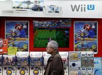 Nintendo a dit mercredi s'attendre à une progression de 26,9% de son résultat opérationnel sur l'exercice au 31 mars 2017, grâce au lancement de nouveaux jeux pour smartphones et de sa console nouvelle génération. /Photo d'archives/REUTERS/Yuya Shino