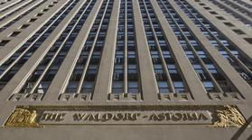 Гостиница Waldorf Astoria в Нью-Йорке 6 октября 2014 года. Гостиничная компания Hilton Worldwide Holdings Inc, управляющая сетью отелей Waldorf Astoria, отчиталась о росте квартальной прибыли более чем в два раза, чему способствовали налоговые льготы и повышение стоимости номеров. REUTERS/Brendan McDermid
