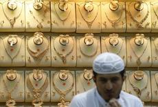 Саудовский торговец ювелирными изделиями в Эр-Рияде 25 апреля 2016 года. Молодой принц Саудовской Аравии раскрыл масштабные планы реформ, сформулированных в духе исламских традиций королевства, но содержащих идеи, способные возмутить консерваторов и посеять разлад в обществе. REUTERS/Faisal Al Nasser