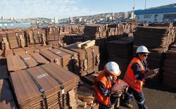 Trabajadores revisando un cargamento de cobre a punto de ser exportado a Asia en el puerto de Valparaíso, Chile, ene 25, 2015. La agencia estatal Comisión Chilena del Cobre (Cochilco) mantuvo el miércoles su estimación de precio promedio del metal en 2,15 dólares la libra para el 2016, en medio del desplome registrado en las últimas semanas en el valor global del mineral.   REUTERS/Rodrigo Garrido