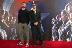 """Chris Evans e Robert Downey Jr em lançamento de """"Capitão América"""" em Londres.  25/4/2016.  REUTERS/Peter Nicholls"""