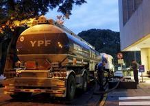 Un camión cisterna de gasolina llena una estación de YPF en Buenos Aires. 25 de marzo de 2015. La petrolera estatal de Argentina, YPF, exportará 200.000 barriles de petróleo a China impulsada por un nuevo subsidio del Gobierno que busca incentivar la producción de crudo en el país sudamericano, dijo el miércoles a Reuters una fuente del sector con conocimiento de la operación.  REUTERS/Enrique Marcarian