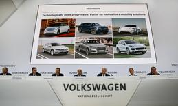 Volkswagen CEO Matthias Mueller (4th L) attends the annual news conference in front of a slide with e-mobility solutions in Wolfsburg, Germany, April 28, 2016.    REUTERS/Fabrizio Bensch