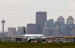 An Air Canada aircraft lands at the Calgary International Airport in Calgary, Alberta, June 17, 2008. REUTERS/Todd Korol