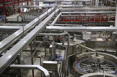 Las condiciones en el sector manufacturero español siguieron mejorando en abril ante un incremento de la producción, aunque el crecimiento en los nuevos pedidos experimentó una cierta ralentización, según un sondeo publicado el lunes. En la imagen, un hombre trabaja en una fábrica de cerveza de Mahou en Alovera, Guadalajara, 27 de noviembre de 2015. REUTERS/Andrea Comas - RTS9SMM