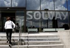 Le groupe chimique belge Solvay a publié des résultats meilleurs que prévu au titre du premier trimestre, à la faveur de réductions de coûts, son excédent brut d'exploitation (Ebitda) affichant une hausse de 2% à 602 millions d'euros alors que les analystes interrogés par Reuters prévoyaient en moyenne 585 millions. /Photo d'archives/REUTERS/François Lenoir