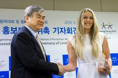 Cho Yang-ho (L), head of the organizing committee for the 2018 PyeongChang Winter Olympics, shakes hands with U.S. skier Lindsey Vonn after a news conference in Seoul, May 6, 2015. Vonn was named honorary ambassador for the 2018 PyeongChang Winter Games. REUTERS/Thomas Peter