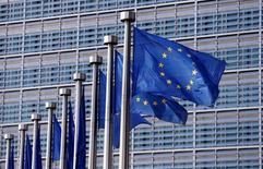 En la imagen, unas banderas de la UE ondean en la sede de la Comisión en Bruselas, Bélgica. 20 de abril de 2016. La Comisión Europea recortó el martes sus proyecciones de crecimiento para la zona euro durante este año y el próximo, al tiempo que proyectó una tasa de inflación sumamente baja, advirtiendo sobre los riesgos externos e internos que afronta la economía del bloque monetario. REUTERS/François Lenoir