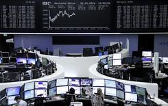 Las bolsas europeas abrieron sin grandes cambios el miércoles, cerca de sus niveles más bajos de las últimas tres semanas, con Dialog Semiconductor y BHP Billiton entre los valores más castigados en la apertura. En la imagen, operadores en sus mesas delante del índice de precios alemán en la Bolsa de Fráncfort, Alemania, el 2 de mayo de 2016.     REUTERS/Staff/Remote
