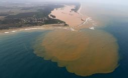 Des procureurs fédéraux brésiliens ont intenté mardi des poursuites civiles contre la compagnie minière Samarco et ses propriétaires, les groupes Vale et BHP Billiton, leur réclamant 155 milliards de reals (environ 38 milliards d'euros) pour la rupture d'un barrage qui a fait 19 morts et pollué le Rio Doce, l'un des principaux fleuves du pays, en novembre dernier. /Photo prise le 23 novembre 2016/REUTERS/Ricardo Moraes