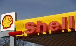 El logo de Shell en una de sus gasolineras en Zúrich. 8 de abril de 2015. Royal Dutch Shell dijo el miércoles que planea reducir su gasto en el 2016 en torno a un 10 por ciento, a 30.000 millones de dólares, debido a los bajos precios del petróleo, después de reportar unos resultados mejores que los previstos en el primer trimestre. REUTERS/Arnd Wiegmann