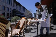 Un camarero limpia una mesa en un reutaurant en Boston, Massachusetts, Estados Unidos. 25 de abril de 2013. El vasto sector de servicios de Estados Unidos se expandió en abril, cuando se registró una aceleración de nuevos pedidos y del empleo, lo que incrementó las opiniones de que el crecimiento económico repuntará después de casi estancarse en el primer trimestre. REUTERS/Jessica Rinaldi