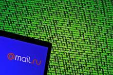 Ilustración fotográfica donde se aprecia el logo de Mail.ru frente a una pantalla con código binario., Mayo 4, 2016. Cientos de millones de nombres de usuarios y contraseñas de correos electrónicos y otros sitios son ofrecidos por un hacker a criminales en foros de Internet en Rusia, dijo a Reuters un experto en seguridad.  REUTERS/Dado Ruvic/Illustration
