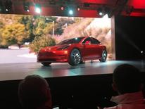 El fabricante automóviles eléctricos Tesla Motors dijo que acelerará su producción para atender a la fuerte demanda por su próximo sedan para el mercado de masas, el Model 3, pero que un mayor gasto hará más difícil cumplir la promesa de conseguir ganancias este año. En la imagen, el Model 3 de Tewsla en su lanzamiento en Hawthorne, California, el 31 de marzo de 2016. REUTERS/Joe White