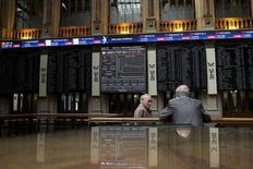 Los costes de financiación de los endeudados países del sur de Europa subieron el jueves, alejándose aún más de los niveles mínimos de Alemania, mientras los inversores evaluaban una serie de acontecimientos políticos potencialmente perturbadores para los próximos meses. En la imagen de archivo, dos personas junto a los paneles de cotizaciones de la bolsa madrileña en junio de 2015. REUTERS/Juan Medina -
