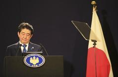 El primer ministro de Japón, Shinzo Abe, durante una conferencia de prensa en Londres, Gran Bretaña. 5 de mayo de 2016. El primer ministro japonés, Shinzo Abe, dijo el jueves que Tokio tomará las medidas apropiadas para aplacar la apreciación excesiva del yen, que perjudica a las empresas niponas dependientes de las exportaciones y que parece estar alentada por la especulación. REUTERS/Paul Hackett