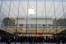 Apple s'est associé avec SAP pour développer des applications pour ses smartphones et tablettes compatibles avec la plate-forme Hana de l'éditeur allemand de logiciels d'entreprises. Selon le géant américain, son chiffre d'affaires dans le secteur des entreprises représente désormais 25 milliards de dollars, soit environ 14% du chiffre d'affaires global dégagé par le groupe l'an dernier. /Photo prise le 31 mars 2016/REUTERS/China Daily