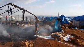 Сгоревшие палатки разрушенного лагеря беженцев около города Сармада в Сирии. Наблюдательный совет по правам человека в Сирии в пятницу сообщил, что повстанческие группировки в ожесточенных боях к югу от Алеппо, в результате которых погибли 73 человека, отбили у правительственных сил стратегически важную деревню.  Social Media