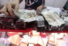 Продавец продает сыр и другие продукты на рынке в Ставрополе. Инфляция в России с 26 апреля по 4 мая 2016 года составила 0,2 процента, с начала мая - 0,1 процента, с начала года - 2,6 процента, сообщил Росстат в пятницу. REUTERS/Eduard Korniyenko