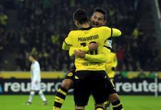 Ilkay Guendogan comemorando gol com companheiro de time durante partida da Liga Alemã.   23/01/2016       REUTERS/Ina Fassbender