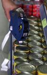 Funcionário coloca etiqueta de preços em produtos dentro de supermercado de São Paulo. 08/01/2016  REUTERS/Paulo Whitaker