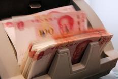 Las reservas de divisas de China aumentaron en abril a 3,22 billones de dólares, mostraron el sábado datos del banco central, en su segundo avance mensual de este año, lo que sugiere que el organismo está reduciendo sus intervenciones frente a un descenso de los flujos de salida de capital. En la imagen de rachivo, billetes de 100 yuanes en una máquina para contarlos en un banco de Pekín, China, el 30 de marzo de 2016. REUTERS/Kim Kyung-Hoon