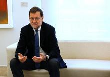 Mariano Rajoy pidió en una carta al presidente de la Comisión Jean-Claude Juncker que Bruselas no multe a España por incumplir la meta del déficit, según la información publicada el sábado en un diario español. En la imagen, el presidente en funciones español Mariano Rajoy en el La Moncloa en Madrid, España, el 6 de mayo de 2016. REUTERS/Andrea Comas
