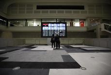 La Bourse de Tokyo a fini en hausse de 0,68% lundi, mettant fin à une série de six séances de baisse grâce à une stabilisation du yen après son pic de 18 mois atteint la semaine dernière face au dollar. L'indice Nikkei a gagné 109,31 points à 16.216,03 et le Topix, plus large, a pris 0,64%. /Photo prise le 9 février 2016/REUTERS/Issei Kato