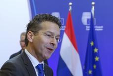 Los ministros de Finanzas de la zona euro comenzarán el lunes las conversaciones sobre cómo reperfilar la deuda griega para hacer manejables los futuros costes para pagarla, pese a la oposición de Alemania, que no cree que sea necesario alivio alguno, dijeron responsables de la zona euro. En la imagen, el presidente del Eurogrupo, Jeroen Dijsselbloem, a su llegada a una reunión del Eurogrupo en Bruselas, el 15 de enero de 2016. REUTERS/Yves Herman