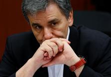 Le ministre grec des Finances, Euclid Tsakalotos, à Bruxelles. L'Eurogroupe a fait lundi un petit pas vers un allègement de la dette grecque et a formulé l'espoir qu'un accord permettant de débloquer une nouvelle tranche d'aide soit conclu lors de leur prochaine réunion, le 24 mai. /Photo prise le 9 mai 2016/REUTERS/François Lenoir