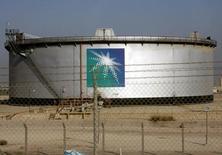 Un estanque de petróleo visto en la sede de Aramco, durante un tour a los medios, en Damam. 11 de noviembre de 2007. La petrolera estatal Saudi Aramco está evaluando sus opciones para una privatización parcial y las presentará dentro de poco al Consejo Supremo de la compañía, dijo el martes su presidente ejecutivo, al entregar detalles sobre el eje central de los esfuerzos de Arabia Saudita por reformar a su economía. REUTERS/ Ali Jarekji
